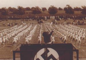 Niels Bukh på podiet med ryggen til igang med en opvisning med sine opvisningspiger i Flensborg 1936. Foto: Hans Bonde